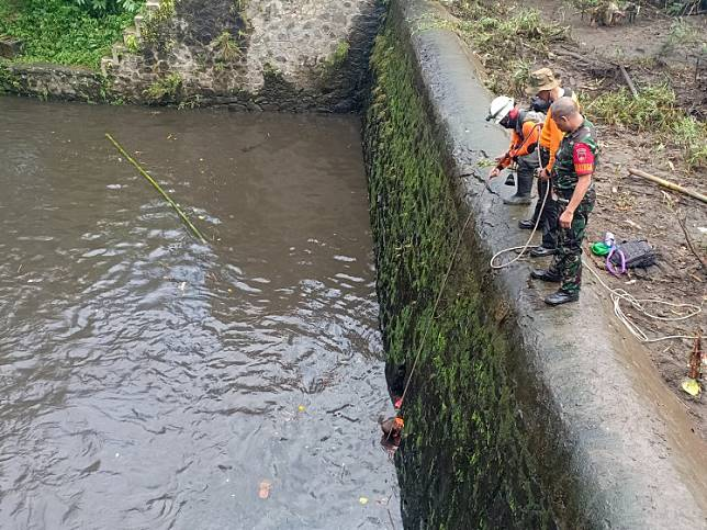 Rescue personnel look for missing scouts at a weir in Sembor River, Donokerto village, Sleman, Yogyakarta, on Feb. 22.