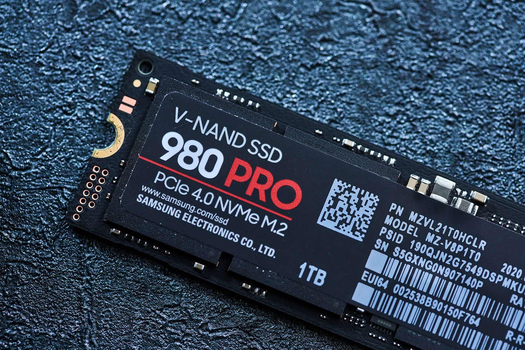 SSD 尾端有螺絲固定用的缺口。