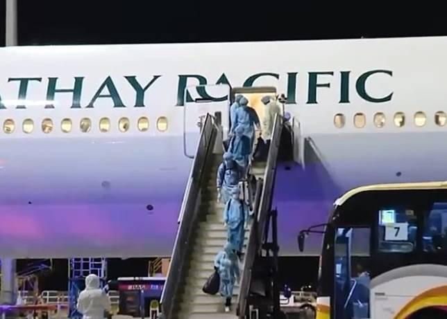港府安排的第二班包機凌晨抵港。