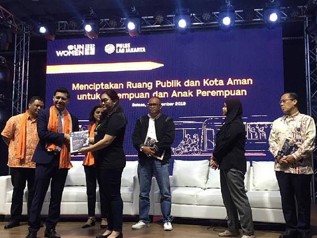 UN Women Representative for ASEAN, Jamshed Kazi, gives a souvenir to Gojek Senior Manager Corporate Affairs, Alvita Chen at a public discussion 1'6 days of Anti Violence Against Women' in Melawai, Jakarta, Tuesday (12/10/2019).