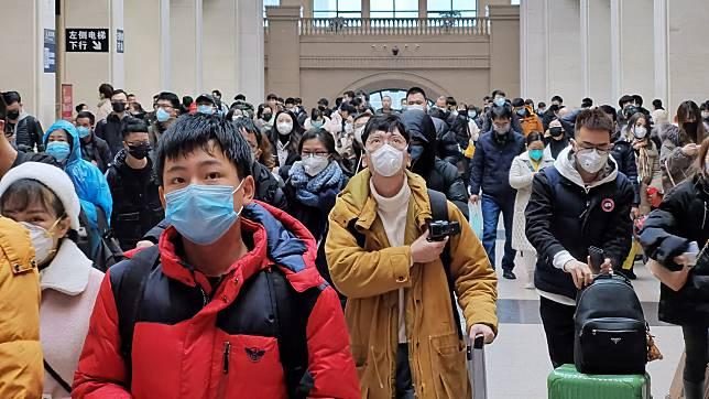 ▲武漢氣氛緊張,民眾出外戴起口罩。(圖/翻攝香港01)