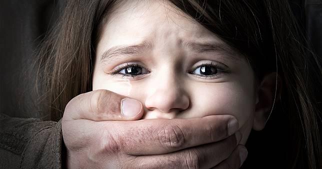 """8 สิ่งที่คุณทำได้ เพื่อปกป้องลูกจาก """"พวกใคร่เด็ก"""""""