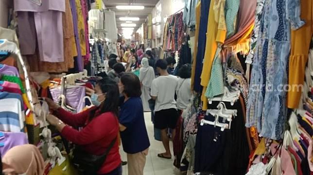 Pengunjung padati Pasar Klewer, Minggu (2/5/2021). [UNIKOLOGI.COM/Ari Welianto]