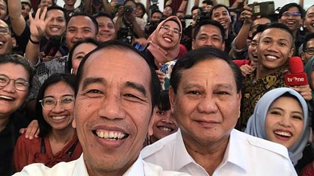 President Joko Widodo or Jokowi takes a wefie with Gerindra Party chairman Prabowo Subianto and journalists after his meeting with the latter at the Merdeka Palace in Jakarta on Friday, October 11, 2019. Photo: Joko Widodo