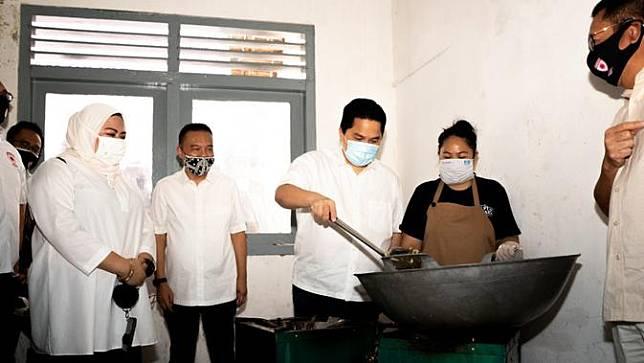 Menteri BUMN Erick Thohir meninjau salah satu dapur umum dari 10 titik dapur yang ada di Jakarta.