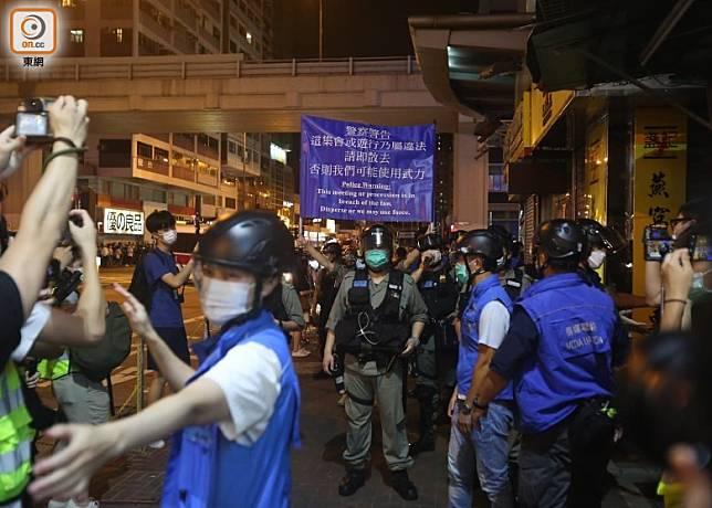 警方一度舉藍旗,要求在場人士離開。(李華輝攝)