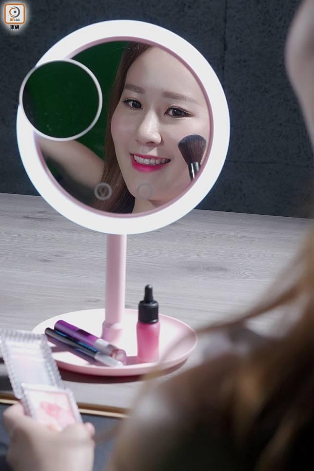 Filomena LED化妝鏡風扇,鏡子可以180度轉向,並隱藏靜音風扇,化妝同時散熱,啱晒絲打!(張群生攝)