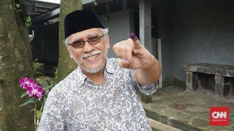 Iwan Fals mengajak masyarakat untuk mendoakan pemerintah supaya bisa memberi makan warga Indonesia selama masa pandemi Covid-19. (NYENTRIK.COM Indonesia/Agniya Khoiri)