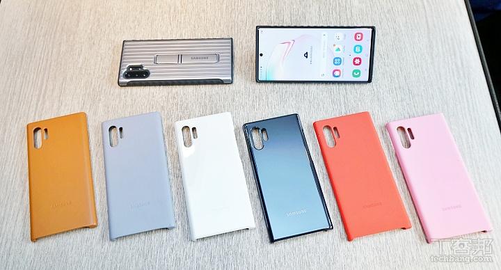 左邊兩款為皮革背蓋,上方有細緻的皮革紋路,除了我們拍攝的棕色、銀色之外,還有黑、藍、紅、白,售價 1,690 元。中間兩款為 LED 智慧被蓋,共有黑白兩色,售價 1,590 元。右方兩款為矽膠薄型被蓋,除了我們拍攝的紅色和粉色之外,還有黑、藍、銀、白,售價 790 元。