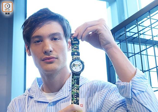 BIG BOLD BAPE Planet Earth款式,錶盤印有地球圖案。(胡振文攝)