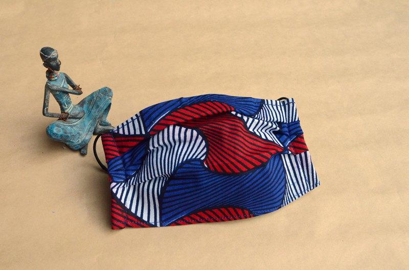 環保口罩套,可以把醫療用口罩或是濾材放入口罩套中使用,延長口罩的使用。正面為非洲花布材質,內裡為柔軟親膚的二重紗材質。
