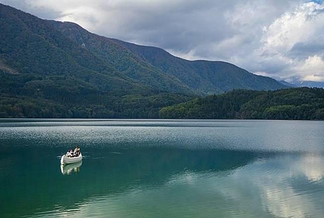 或者划獨木舟暢遊湖泊。(互聯網)