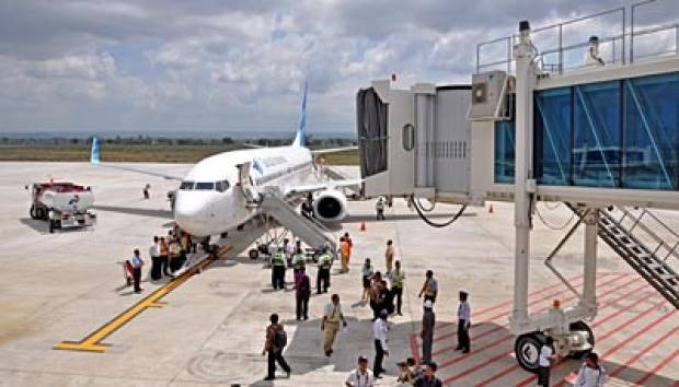 Pesawat Garuda Indonesia mendarat perdana di Bandara  Internasional Lombok, Praya, Lombok Tengah, Nusa Tenggara Barat, (1/10). ANTARA/Ahmad Subaidi