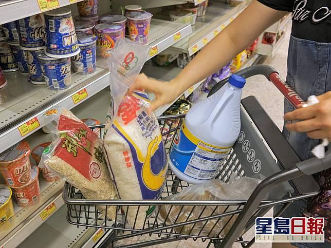 市民搶購乾糧日用品。