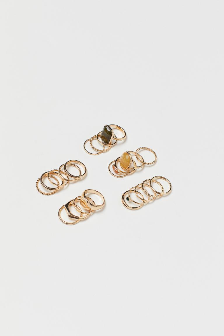 多款設計的金屬戒指,其中四枚飾塑膠寶石。