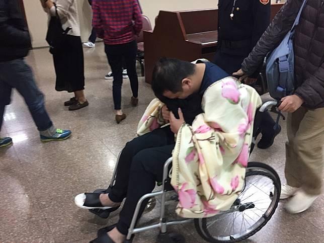 「騙扁小子」黃琪今天坐著輪椅出庭。記者王聖藜/攝影