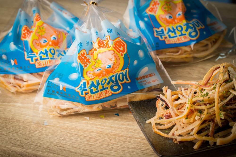 各大遊樂園、國道服務區、百貨賣場都能見到的韓國進口釜山鮮烤魷魚,只要一吃就停不下~真的太涮嘴了啦~每一口都Q彈有嚼勁,多汁鮮甜,就像吃到現捕的魷魚一樣,不論是當下酒菜、點心,還是聚會小點心,都會讓您吃