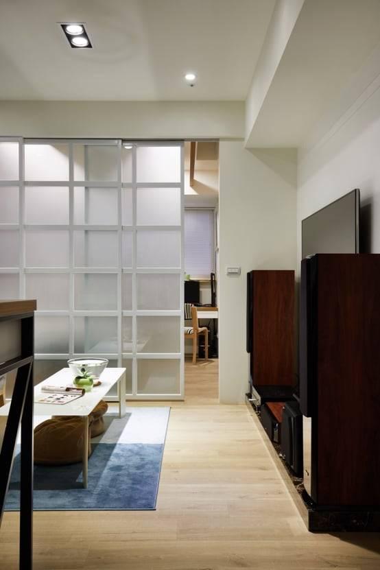 2. 以霧面拉門區隔客廳與臥室