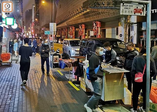 砵蘭街一帶熟食檔於凌晨時分仍光顧者眾。(葉嘉文攝)