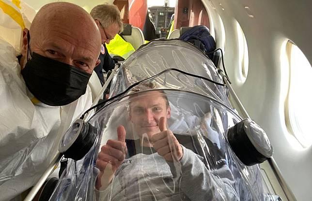 Viktor Axelsen dalam pesawat ambulans (Twitter @ViktorAxelsen)