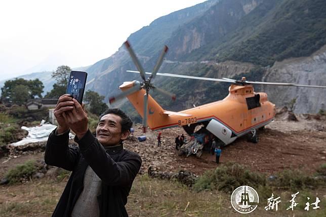 ผู้รับเหมาจีนใช้ 'เฮลิคอปเตอร์' ขนเครื่องจักร ตัดถนนริมผาให้ชาวบ้าน