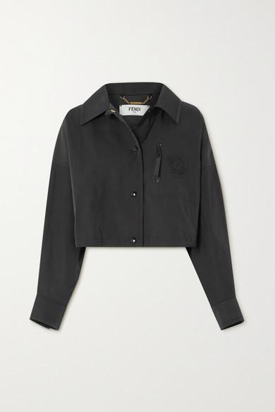 Fendi 这款外套以轻盈透气的斜纹布制成,可轻松内搭轻薄 T 恤或外搭长款风衣,当属换季时期的理想衣装。单品廓形略显宽松,短款下摆恰至腰际,胸前还缀有辨识度颇高的