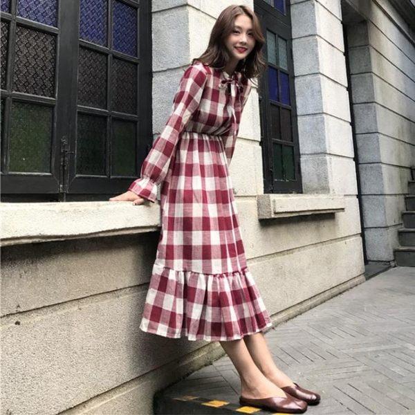 洋裝 秋季女裝寬鬆百搭荷葉邊裙子潮領口系帶蝴蝶結文藝格子連身裙 糖果時尚