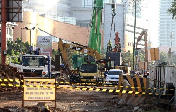 Pekerja menyelesaikan proyek lanjutan pembangunan jalan Tol Bekasi Cawang Kampung Melayu (Becakayu) di Bekasi, Jawa Barat.