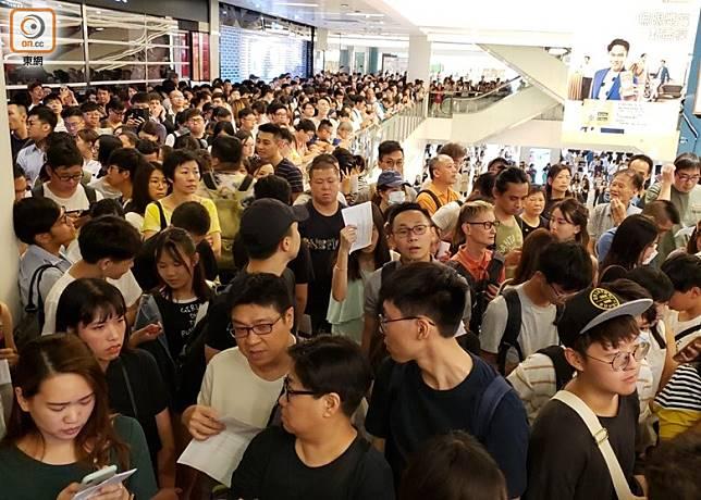 新城巿廣場4樓客服台前一度逼滿市民。(朱先儒攝)