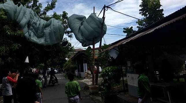 Kala Penerjun Payung Salah Mendarat di Rumah Aktor Roy Marten