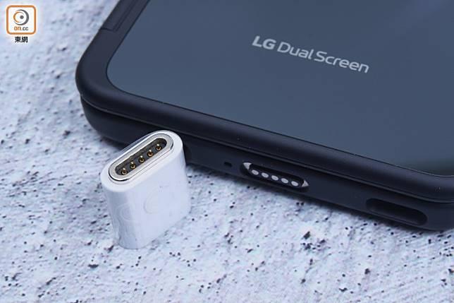 加裝副屏後有一定厚度,並需轉用磁石接頭充電。(方偉堅攝)
