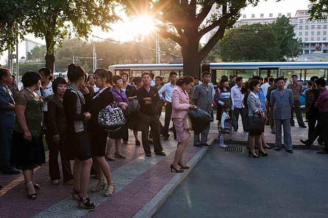 Suasana di luar bioskop Taedongmun di Pyongyang pusat. Foto dari Alek Sigley/Tongil Tours