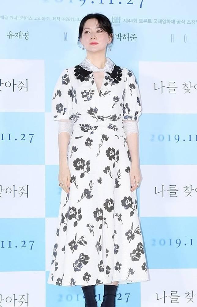 李英愛身穿黑白花裙現身。