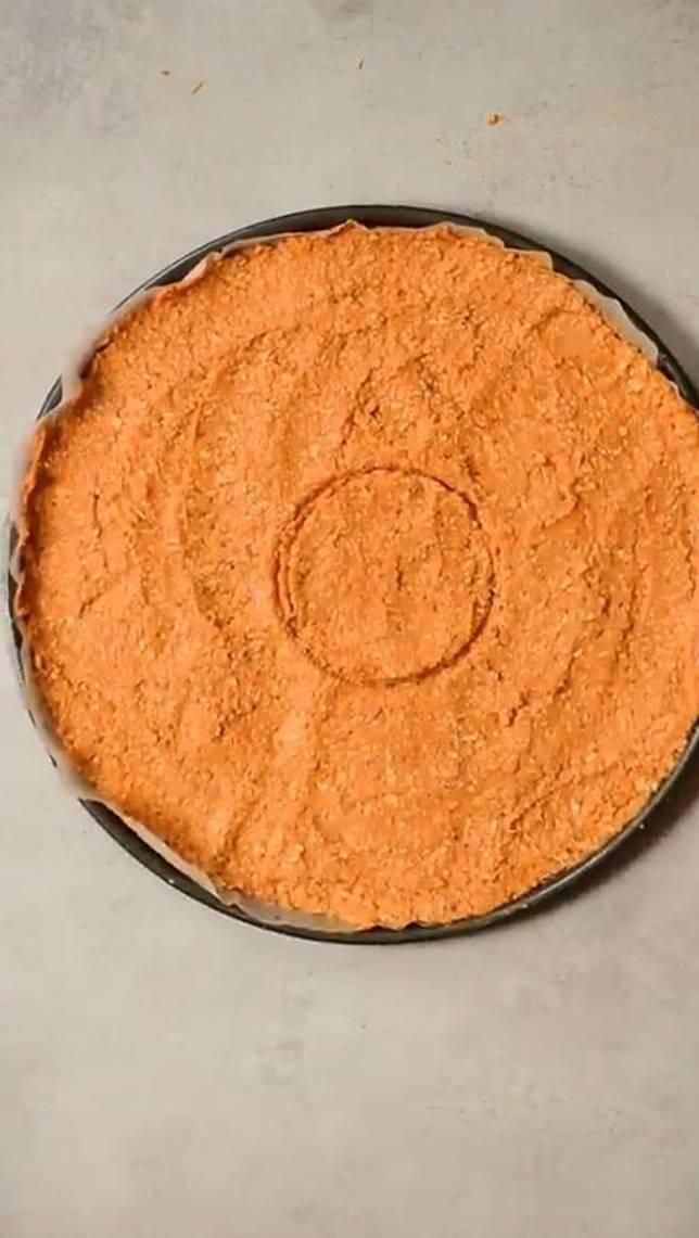 用燕麥、番薯、雞蛋拌勻成餅底,並以牛至草、蒜粉及鹽調味。(互聯網)