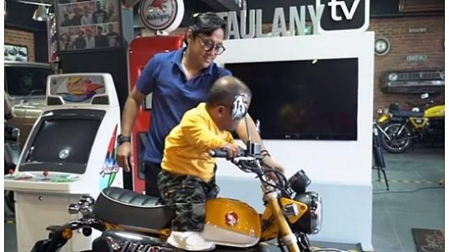 Andre Taulany tunjukkan Honda Monkey kepada Ucok Baba [YouTube: Andre Taulany TV].