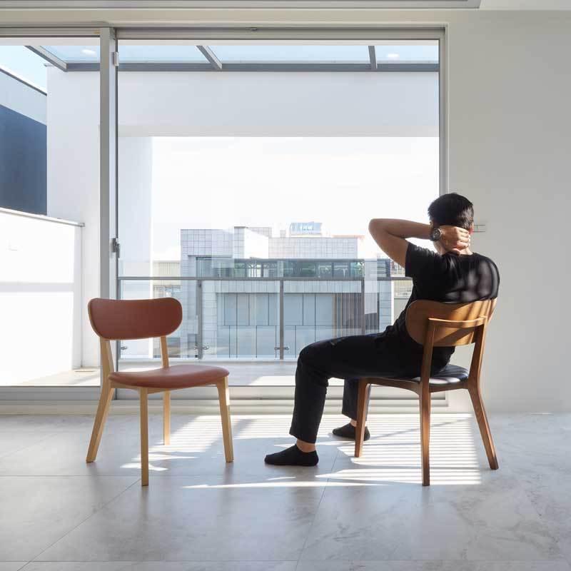 採榫接工法製成的傢俱,遠比金屬固定的結構(因螺絲不時鬆脫)來的穩固且耐用。 商品規格 材質:Ash 北美梣木 / 一般漆裝尺寸:W45xD56xH75cm, SH43cm重量:5.8 kg內容物:椅子