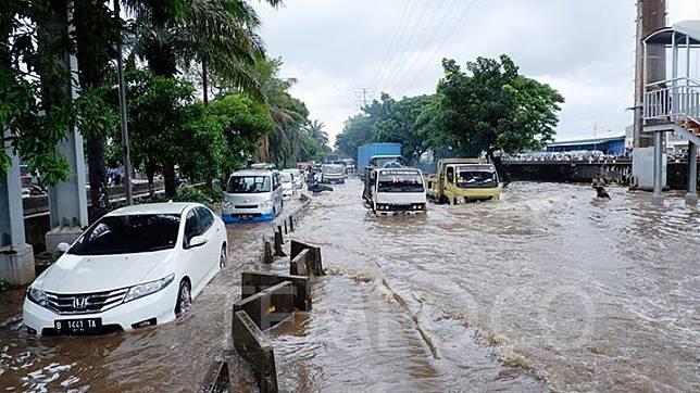 Sejumlah kendaraan menerobos banjir yang merendam di jalan Daan Mogot, Jakarta Barat, 25 Februari 2020. Intensitas hujan tinggi sejak dini hari membuat jalanan ini banjir setinggi 50 cm. Banjir ini juga membuat kemacetan di jalan Daan Mogot. TEMPO/Fajar Januarta