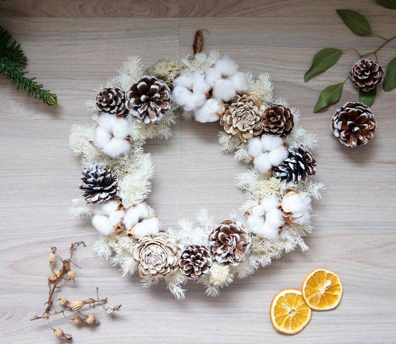 手作北國之冬銀白雪景聖誕花圈 尺寸: 直徑約31公分 材質: 不凋花、乾燥花、乾燥果實