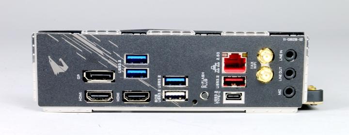 在B550I AORUS PRO AX主機板的IO背板上,從左到右分別是DisplayPort連接埠、HDMI連接埠、USB 3.2 Gen 1連接埠x 2、HDMI連接埠、USB 3.2 Gen 1連接埠、USB 3.2 Gen 1連接埠(Q-Flash Plus連接埠)、Q-Flash Plus按鈕、2.5 G有線網路、USB 3.2 Gen 2連接埠(Type-A)、USB 3.2 Gen 2連接埠(Type-C)、Wi-Fi無線天線SMA接頭(2T2R),以及3個音源輸出入插孔(LINE IN、LINE OUT、MIC)。