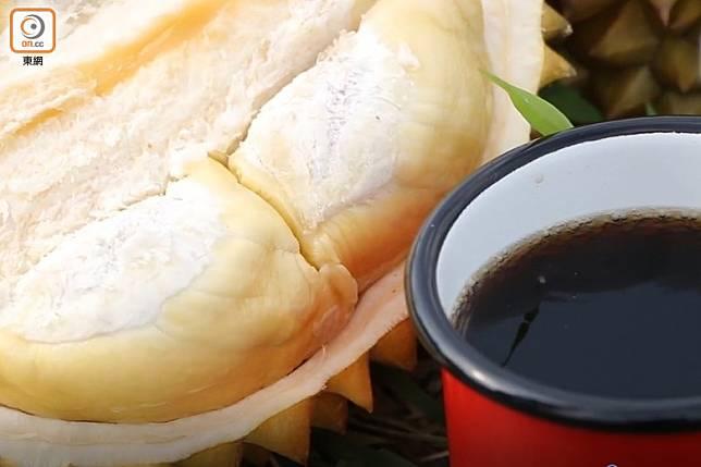 榴槤與可樂同時進食,令本身有高血壓人士,增加血管阻塞嘅風險。(盧展程攝)