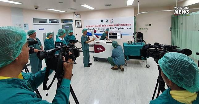 """เผยโฉม """"หุ่นยนต์ผ่าตัดสมอง"""" ช่วยผู้ป่วยลมชักเครื่องแรกในประเทศไทย"""