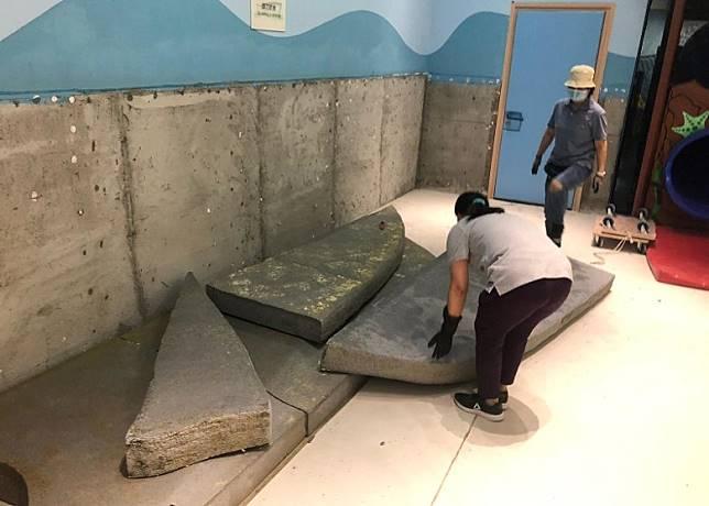 職員翻起遊戲室的軟墊噴灑殺蟲水。(何民傑提供)