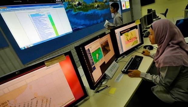 Petugas Badan Meteorologi Klimatologi dan Geofisika (BMKG) memantau perkembangan cuaca di layar pemantau cuaca di Kantor BMKG, Kemayoran, Jakarta, Rabu (31/10). TEMPO/Tony Hartawan
