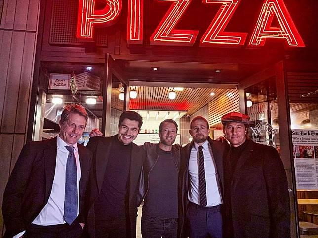 曉格蘭特(左一)等人早前趁住在紐約宣傳時一同去食pizza。