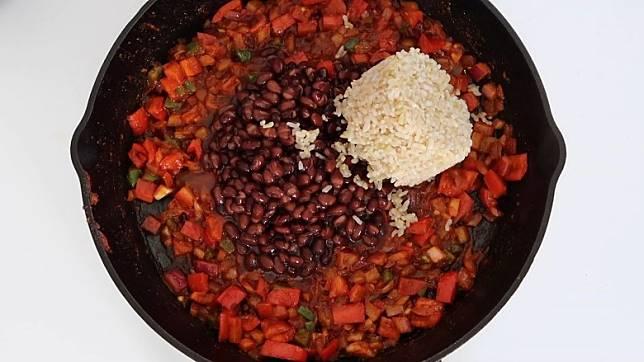 罐頭黑豆本身經過處理,可即時烹煮較方便。(互聯網)