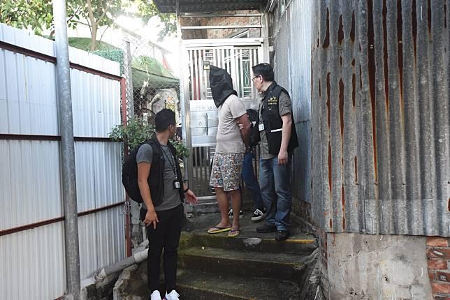 保母的同居男友被捕,並帶返現場調查。
