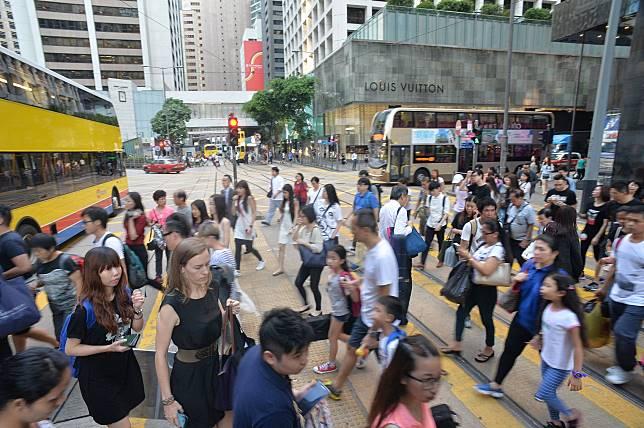 凡18歲或以上香港永久性居民可發放1萬元。