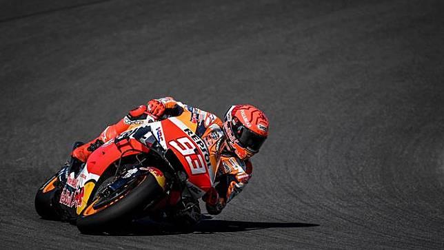 Marc Marquez tampil lebih kalem sehingga finis di posisi 7 pada MotoGP Portugal, Minggu (18/4/2021) (AFP)
