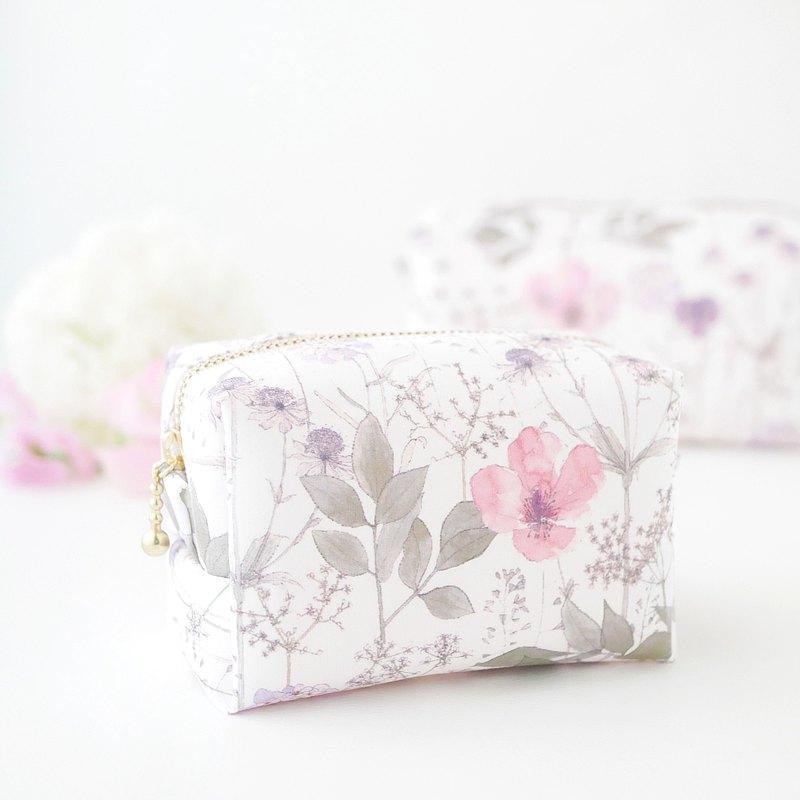 適合您手掌的小巧手袋。 帶著小袋子外出時,您可以隨身攜帶一個可愛的小袋。 這是一個小袋,但扣片為6厘米 我這樣做是為了存儲諸如嘴唇,粉底和柚木之類的必需品。