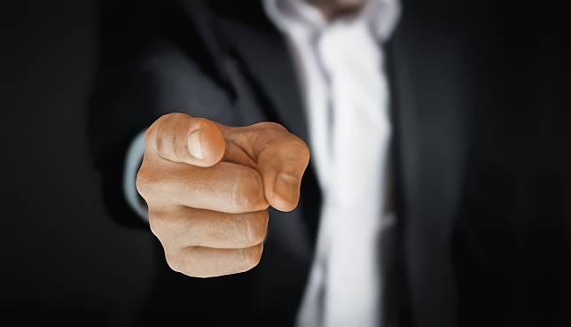 ▲ 50 歲同事愛嗆同事、摸魚,主管卻心軟不處置。(示意圖,非當事人/取自 Pixabay )